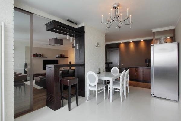 Наличие общего жилого пространства без внутренних перегородок, она занимают значительную площадь наружных стен.