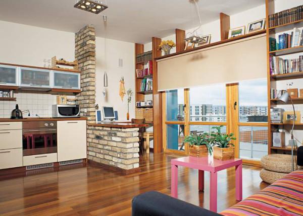 Наиболее распространенное решение данной задачи – это установка барной стойки. Данное сооружение отделяет кухню от комнаты.