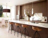 Барная стойка отделяет зону готовки от гостиной, одновременно являясь и обеденным столиком.