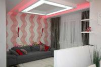 Каждая зона небольшой студии имеет свои источники света в виде точечных светильников на потолке.