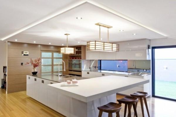 Мебель часто располагается вдоль стен или сама становится вместо перегородки в доме.