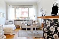 Немного предметов контрастных цветов не помешает, темные поверхности могут подчеркнуть свежесть светлой комнаты.
