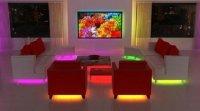 Придать комнате визуальный объем помогут точечные светильники, размещенные по всему периметру помещения.
