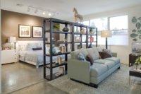 Также для разделения пространства на отдельные зоны довольно часто и успешно применяются мебельные элементы.