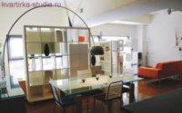 Фото привлекательного интерьера квартиры студии.