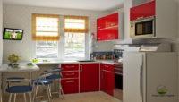 Контрастная цветовая гамма отлично вписалось в создание маленькой кухни