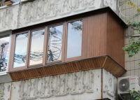 Остекление балконов в хрущевке с крышей при помощи деревянных рам